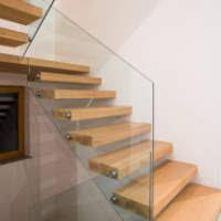 Lesene, kovinske in steklene stopniščne ograje